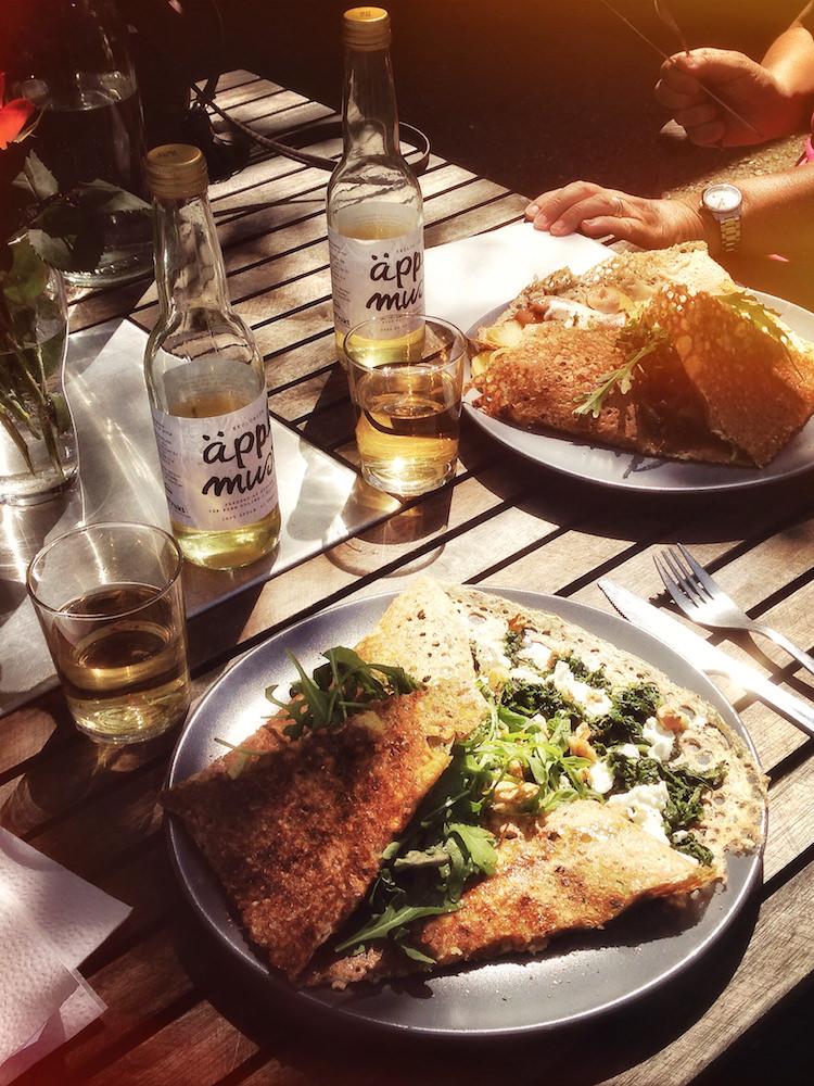 Alla elevhem har uteplatser därlunchen kan ätas i solen. Maten är hemmalagad och varierad, och alla äter alla måltider på sitt elevhem.