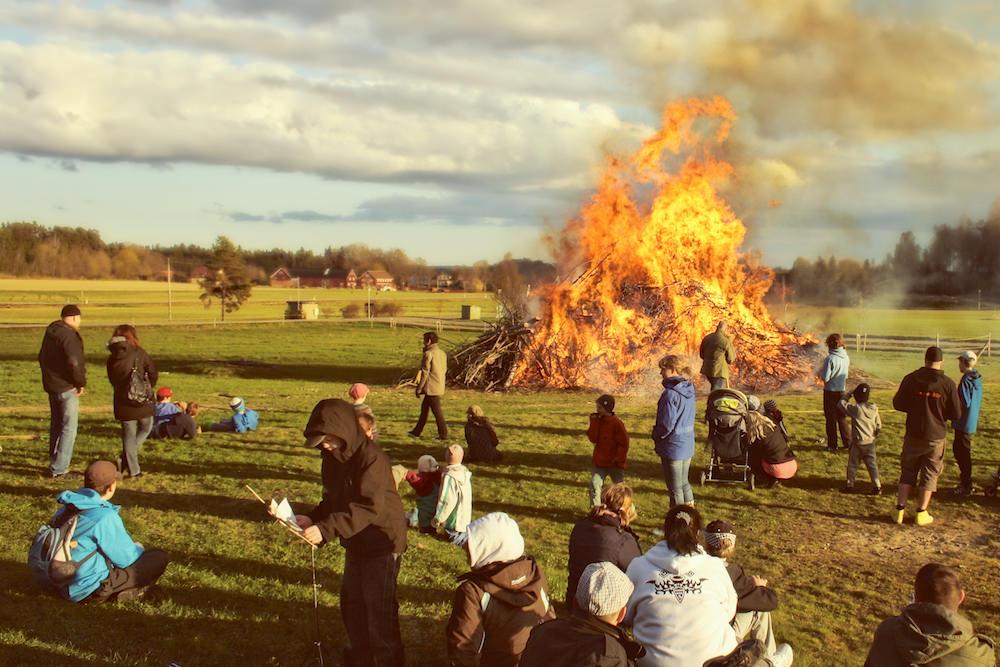 Valborg firas med grillning och fiskdamm innan elden tänds. Oftast är det extra kallt här just den dagen.