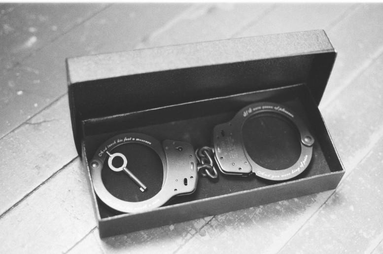 KATHE_BURKHART_annabel_graham_pas_un_autre_liz_taylor_handcuffs