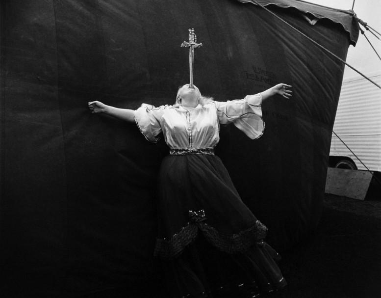 diane-arbus-sword-swallower-1