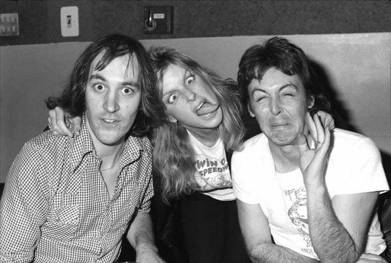 Chris-Thomas-Linda-McCartney-and-Paul-McCartney-at-Abbey-Road-Studios-1977