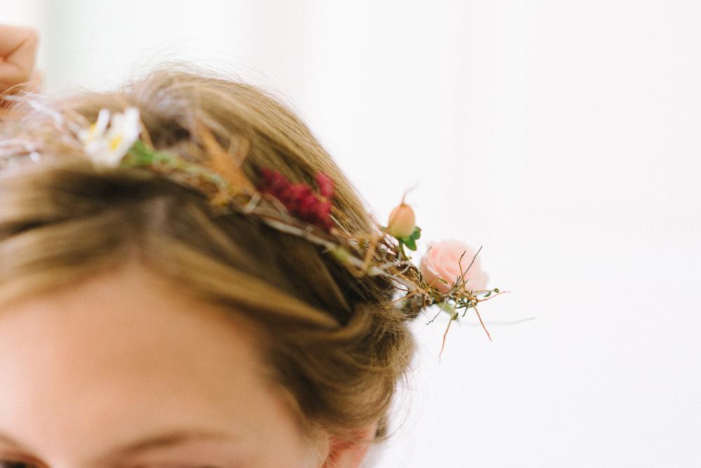 Gänseblümchen im Blumenkranz zur Hochzeit
