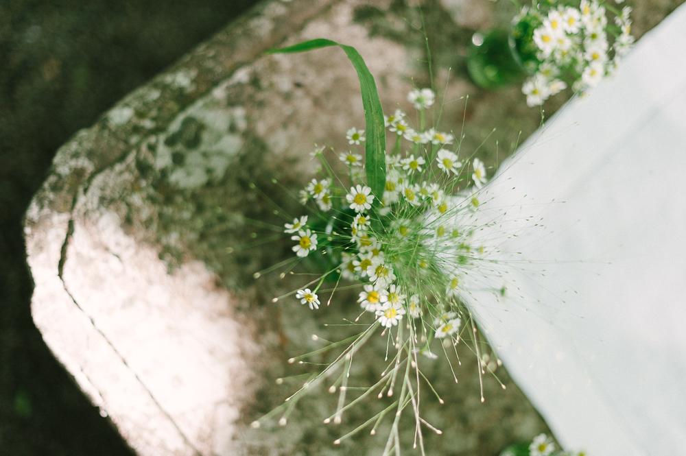 Wiesenblumen am Altar bei Outdoor Hochzeit