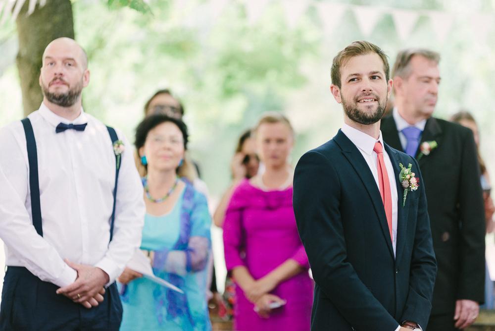 Bräutigam erwartet die Braut am Altar