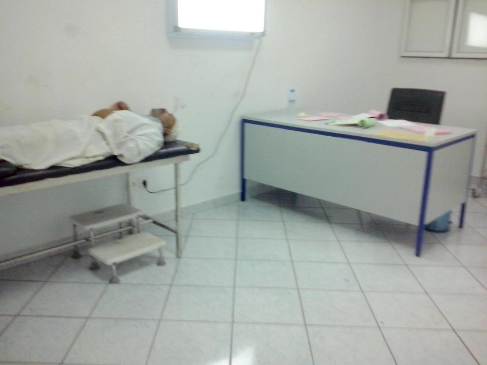 """مكتب الطبيب """"ز"""" بمستشفى محمد الخامس بعد لحظات من الاعتداء"""