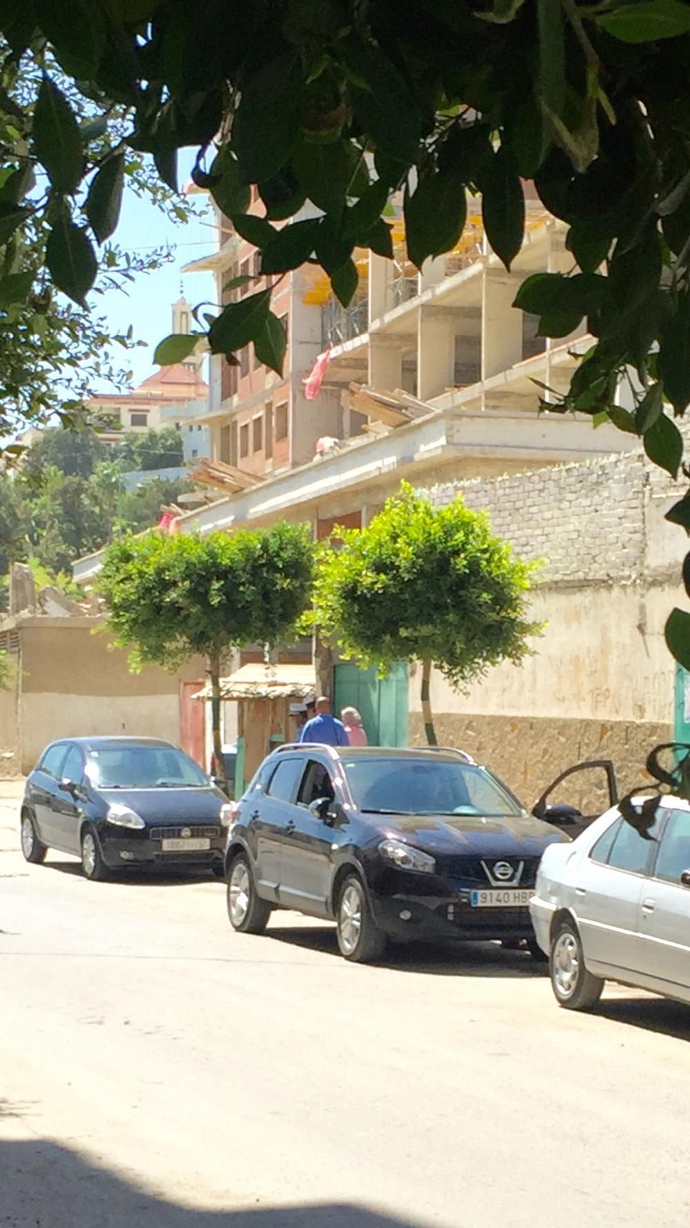 صورة توضح اختباء الشرطيين وراء كوخ