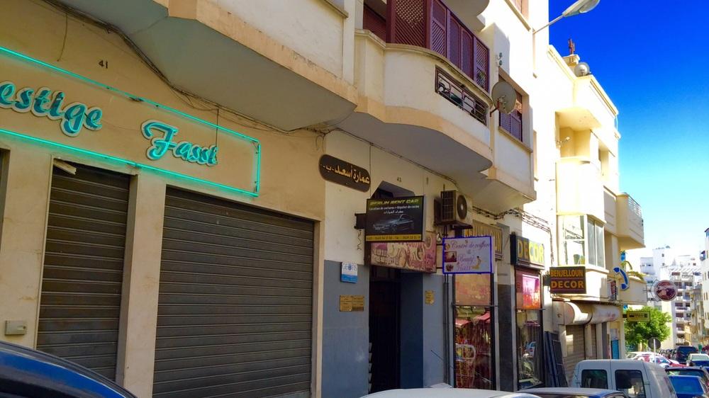 صورة للعمارة التي يسكن فيها ضابط الشرطة المتقاعد المضطرب نفسيا عبد القادر الحنفي.