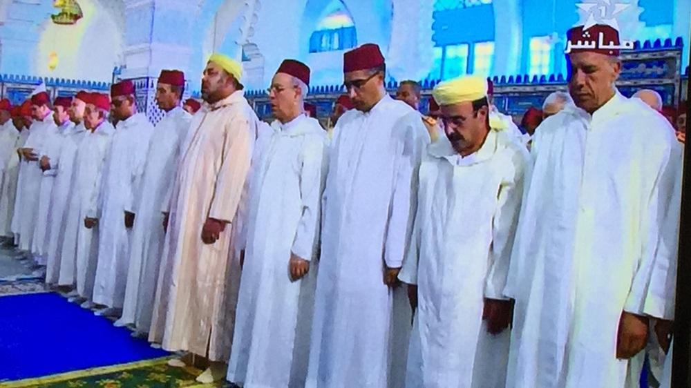 صورة لإلياس العماري و هو يرتدي رزة شبيهة بالتي يرتديها الملك