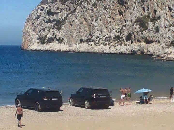 صورة لسيارتين رباعية الدفع تابعة لبائع السمك بشاطيء واد المرصى اثناء اختبائه العلني
