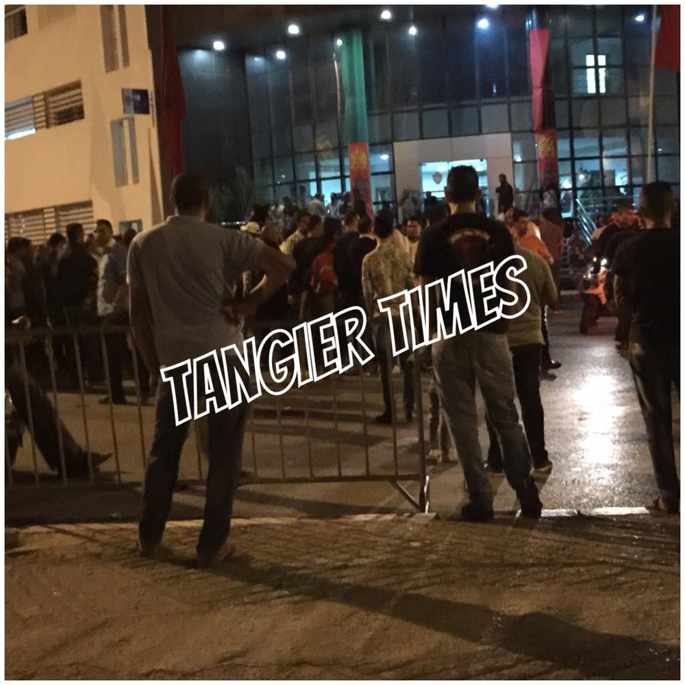صورة لعناصر الأمن بزي مدني يتظاهرون امام باب ولاية طنجة