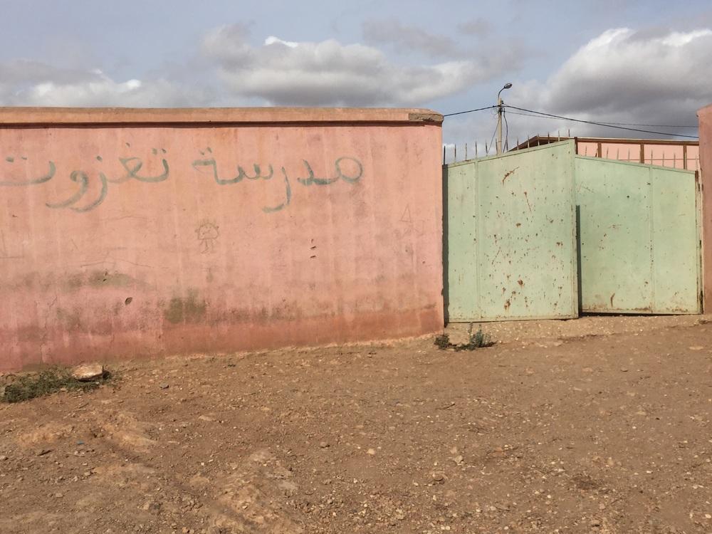 صورة لباب المدخل الرئيسي لمدرسة تغزوت