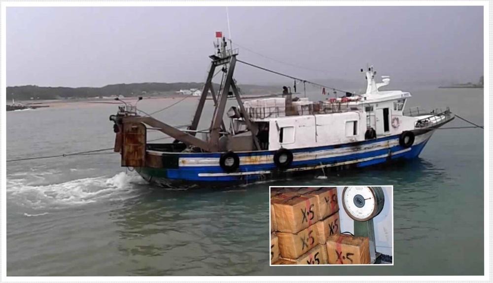 صورة معبرة لمركب الصيد الساحلي و كمية من رزمات الحشيش