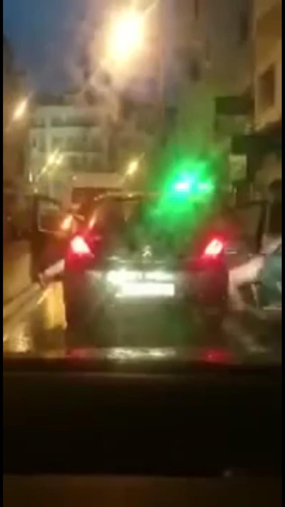 """صورة أثناء إنزال الفتاة العارية من سيارة """"بوجو 308"""" بالقرب من مقهى """"كلاردج""""."""