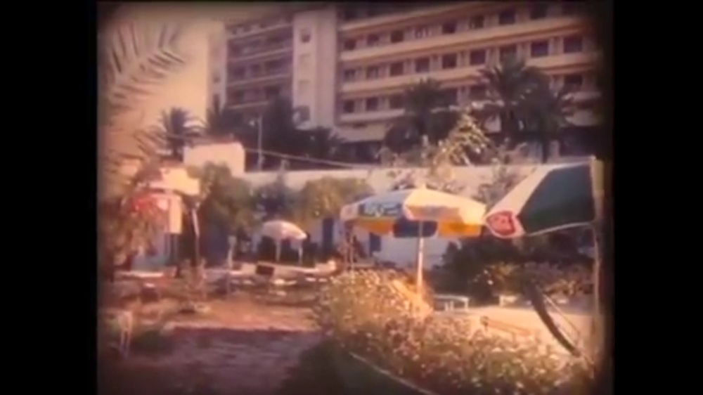 صورة لحديقة عمومية بكورنيش طنجة سنة 1963 و من الوراء فندق الريف