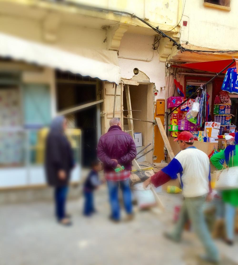 صورة لواجهة المحل التجاري بعد الحادثة اثناء القيام بأعمال الإصلاح