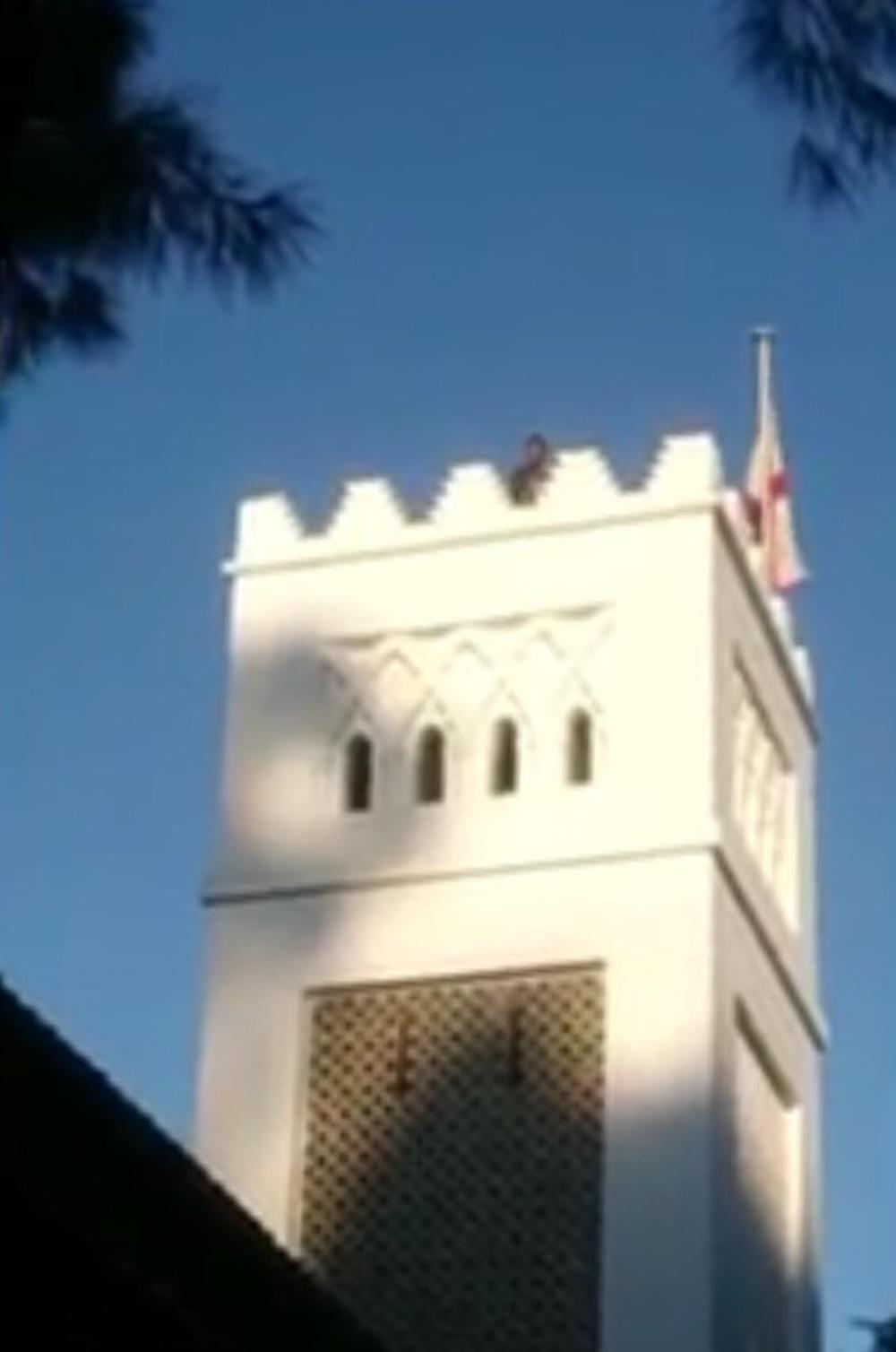 صورة للمغربي يوسف يهدد بالانتحار من فوق كنيسة