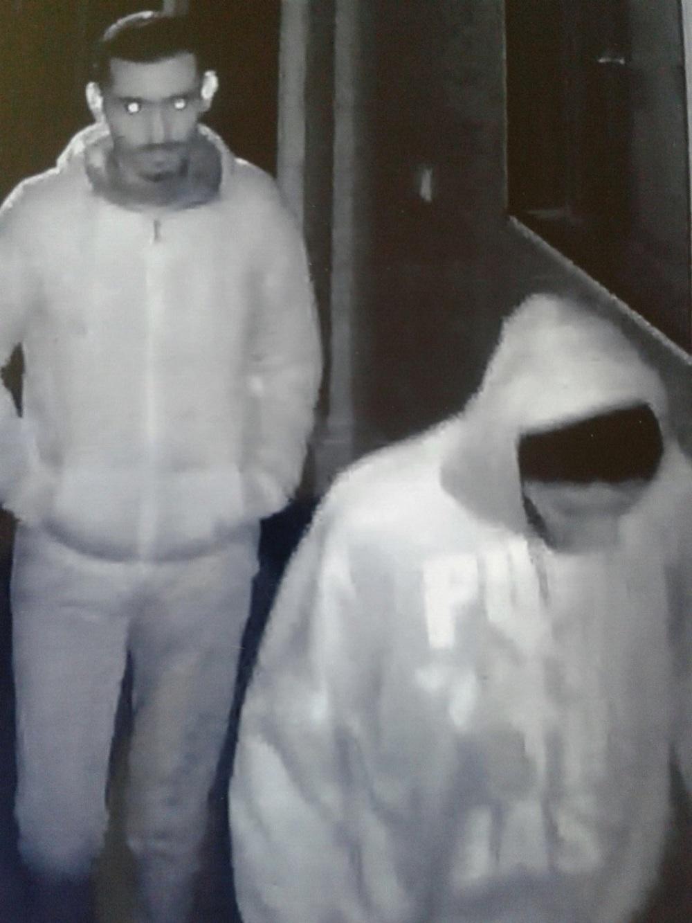 صورة من شريط فيديو اثناء تنفيذهما احدى السرقات الموصوفة