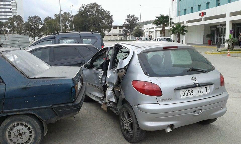 """الأضرار التي تعرضت لها سيارة """"بوجو"""" المسروقة، بحيث أصيب السائق اللص بإصابات متفاوتة الخطورة"""