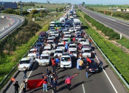 اكتضاض طريق السيار المؤدي الى الرباط بسيارات المشاركين في المسيرة الاحتجاجية