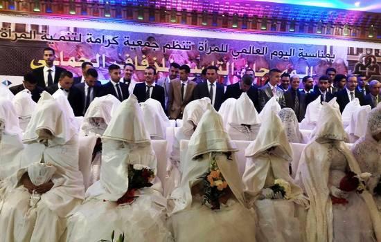 العروسات في الصفوف الأمامية، والعرسان في الصفوف الخلفية