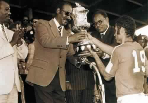 أثناء تسلم المنتخب المغربي كأس افريقيا سنة 1976
