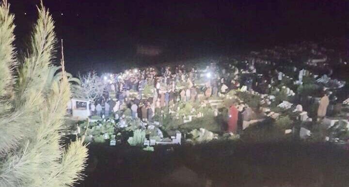 أثناء دفنه بمقبرة مدينة أصيلة