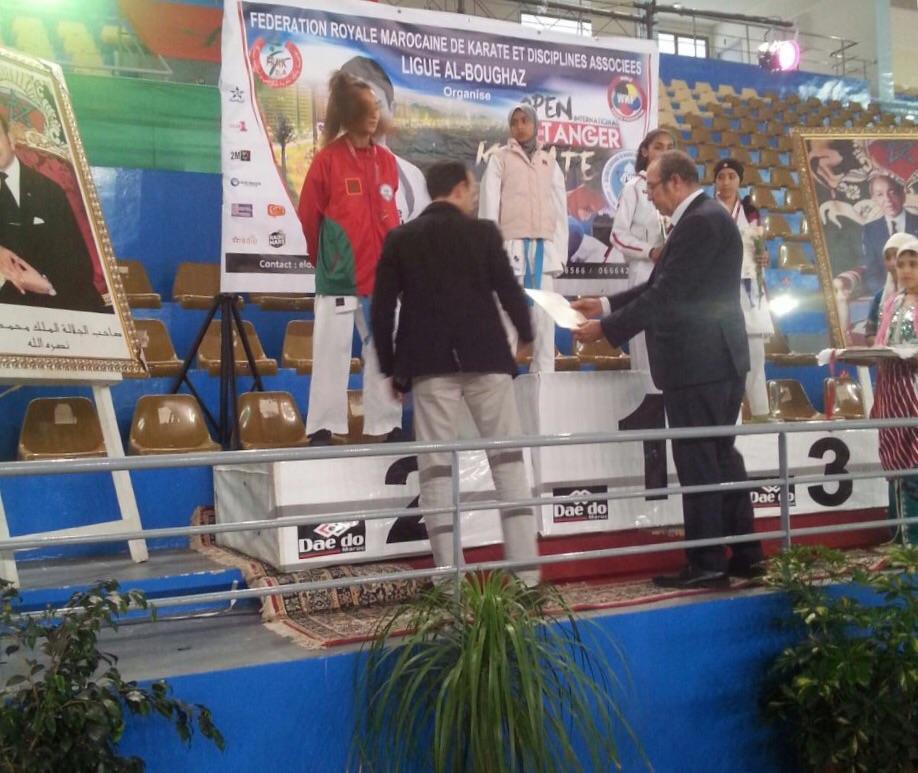 أثناء توزيع الوافي البقالي الميداليات والجوائز على الفائزات أمس السبت