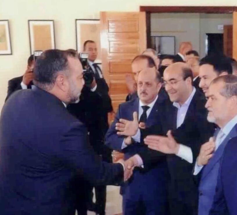 أثناء تشجيع الملك محمد السادس لأسعد المسعودي على مساره الاعلامي.