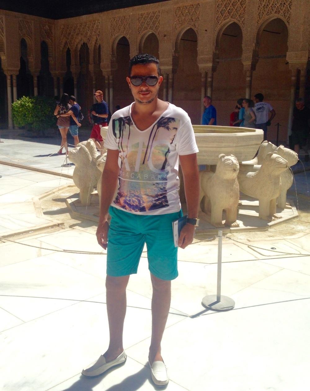 الصحفي أسعد المسعودي في ساحة بهو السباع بجناح الملك أبو عبدالله أثناء زيارته لقصر الحمراء بغرناطة خلال قيامه بهذه الدراسة المنشورة أعلاه