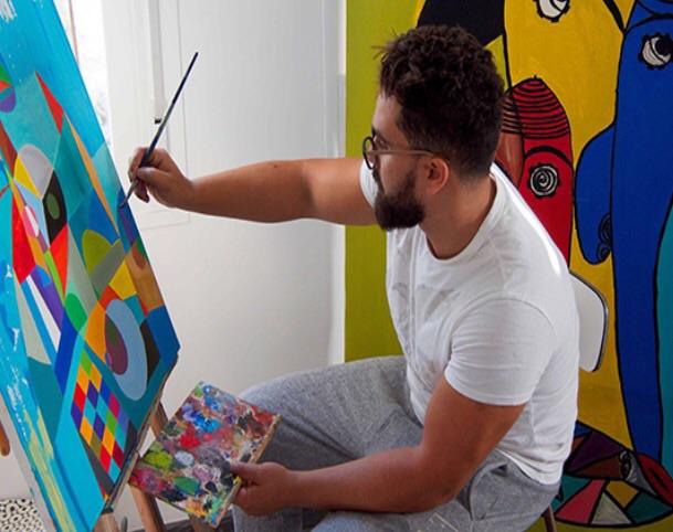 سفيان بوكرين أثناء رسمه اللوحة