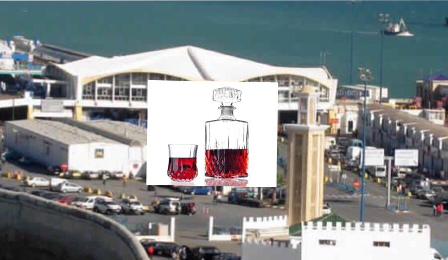 صورة تعبيرية مركبة من ميناء طنجة المدينة وقنينة خمر