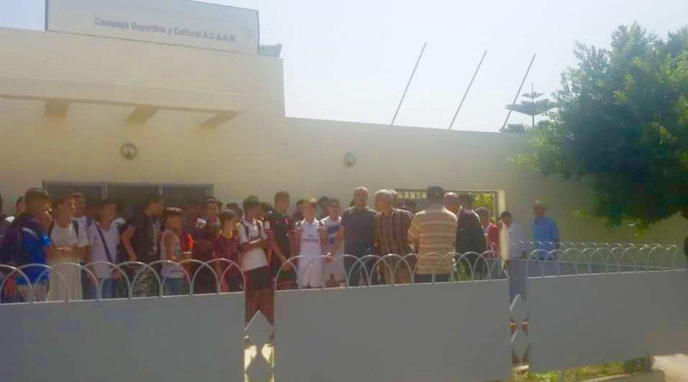 أثناء منع اللاعبين من ولوج الملعب