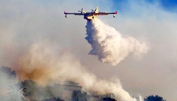 طائرة تخمد حريق (صورة من الارشيف)