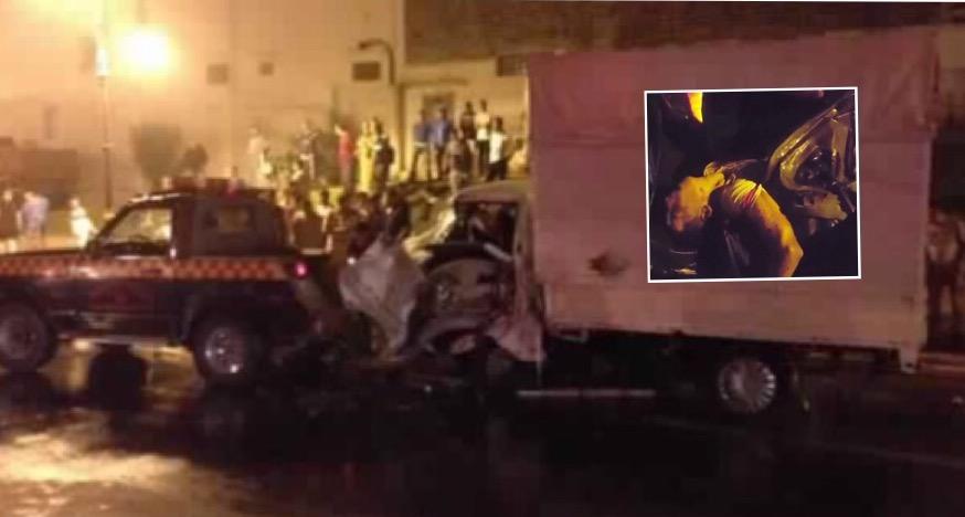"""شاحنة """"هيونداي"""" بعد الحادثة وفي المربع جثة أحد الضحايا"""