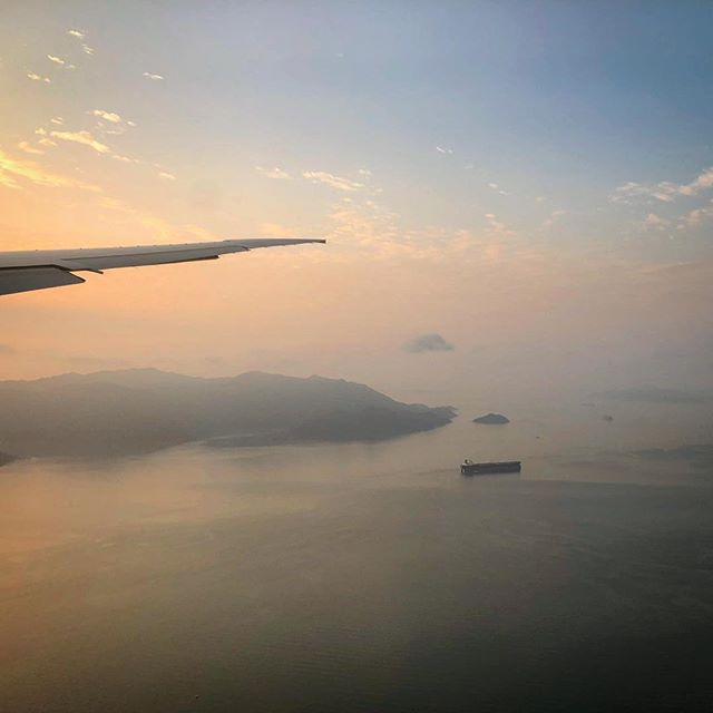 Early Mornings over Hong Kong Bay 🌅 #hk #hongkong #plane #islands #sunrise #morning #orangesky #approach #cathaypacific #ship #snapseed #iphonephotography #smartphonephotography #photography #travelphotography #travelgram #instatravel #travel #instago #worldingram #lifeisgood #startuplife