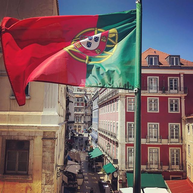 Three years in a row in this beautiful country and happy here every time 🇵🇹 #portugal #lisbon #eiamoments #flag #bluesky #cityscape #oldtown #lunchview #citytour #weekend #streetphotography #iphonephotography #smartphonephotography #photography #travelphotography #travelgram #instatravel #travel #instago #worldingram #lifeisgood