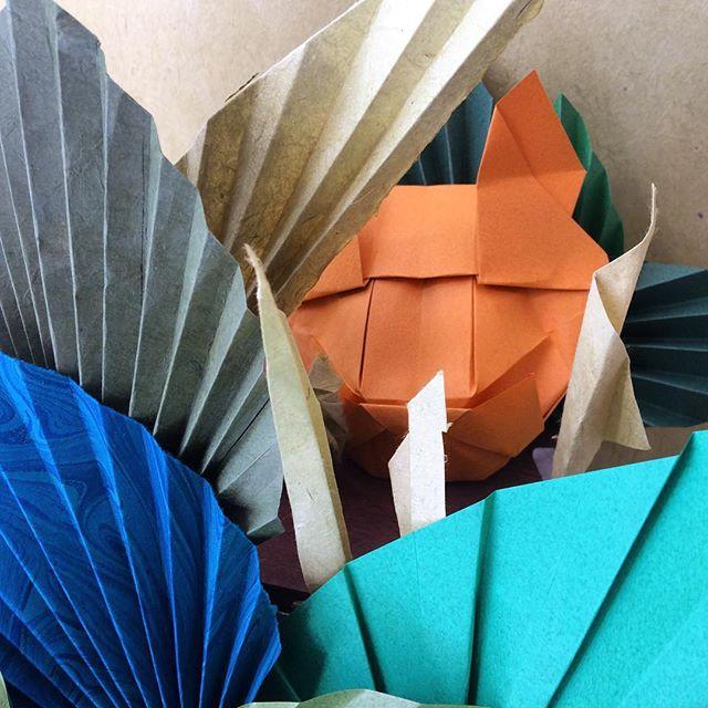WELCOME TO THE JUNGLE 🌿🌞 Inspirée par Henri Rousseau  j'ai conçu cette scénographie en papier que j'espère pourra inspirer mes petits/ petites élèves.  Aujourd'hui à 17 h chez Le Petit Atelier  Model couguar de R. Diaz Model feuilles de L. Canovi et A. Viale  #origami #origamiart #paper #paperdesign #design #merchandise #scenography  #bordeaux #bordeauxmaville  #atelier #enfant #surprise #story