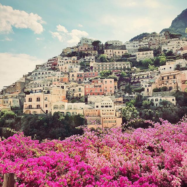 #Summer2018 . . . . #positano #travel #travelphotography #italy #amalficoast #colorful #photooftheday #hotelvillafranca #sirenuse #aperolspritz #sunny #europe #flowers #houses #steps #lemontree #beach #beachtown #blossom #world #photography #positanoitaly