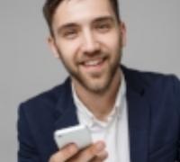 conceito-de-negocio-retrato-bonito-homem-de-negocios-tocando-o-telefone-com-um-rosto-sorridente-e-confiante-espaco-branco-espaco-de-copia_1258-345.jpg