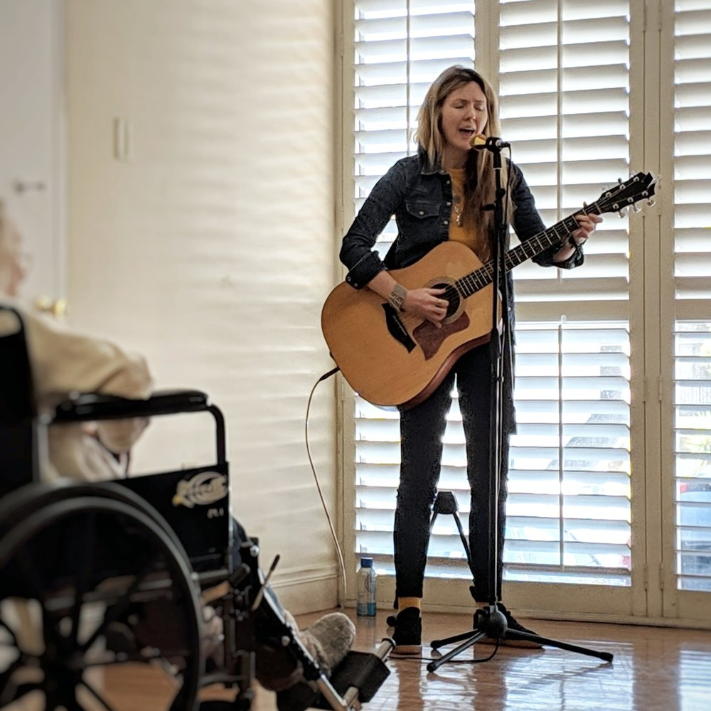 Beatie Wolfe playing in a Silver Lake home to people living with dementia