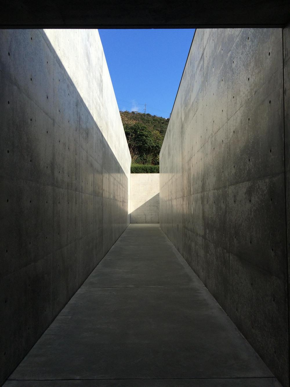 『......進入內部依舊是由許多狹長的走道與豁然開朗的空間構成,李禹煥希望美術館像洞窟一般,能夠看到半開放的天空,於是偶開的天窗就與藝術品產生互動,也有一種讓人回歸事物最原始的純粹情感......』