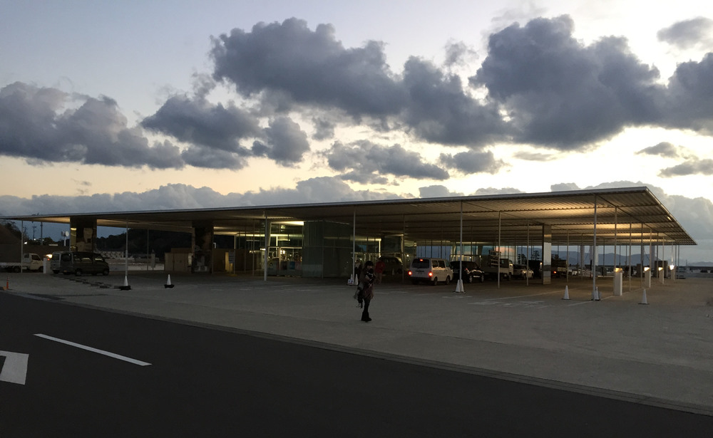 船運中心「海の駅なおしま」,由「SANAA」建築事務所設計,採用了大量玻璃、輕鋼架等建材建設而成