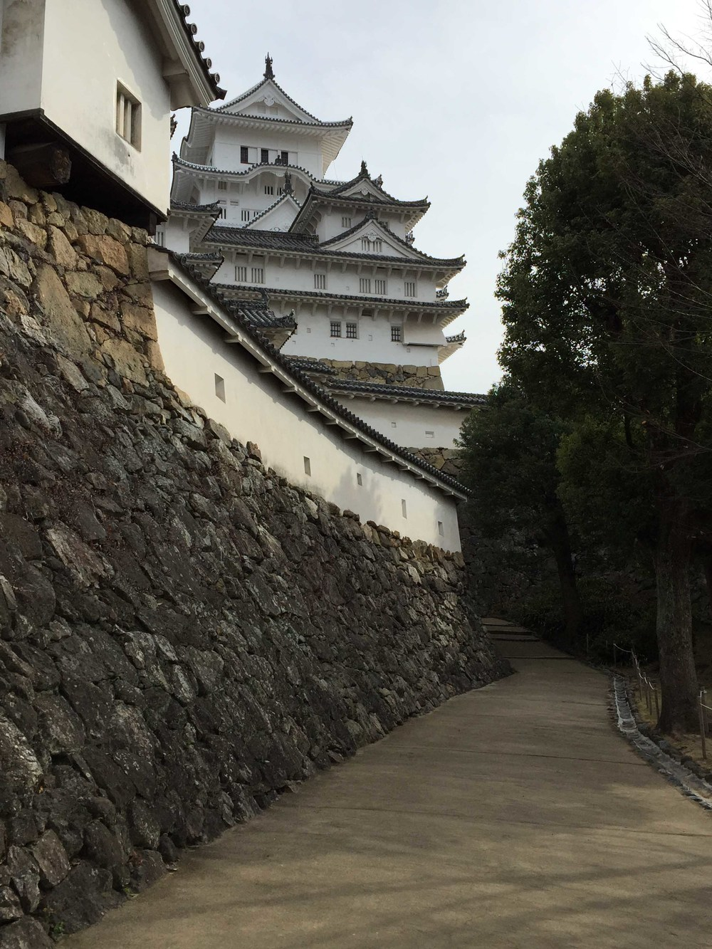 石垣上聳立的天守及  「塀」
