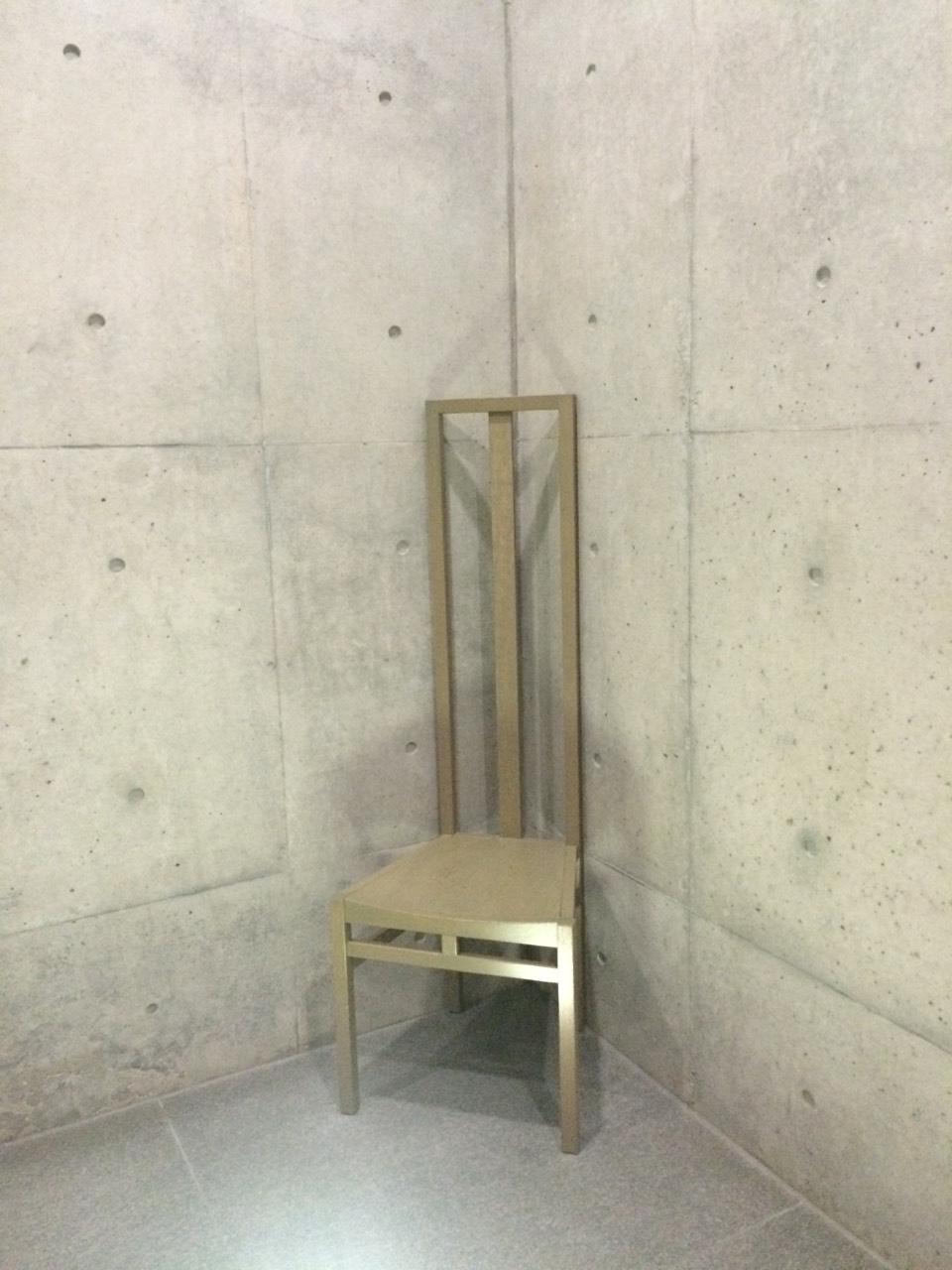 進入海的教堂,走廊轉角的椅子
