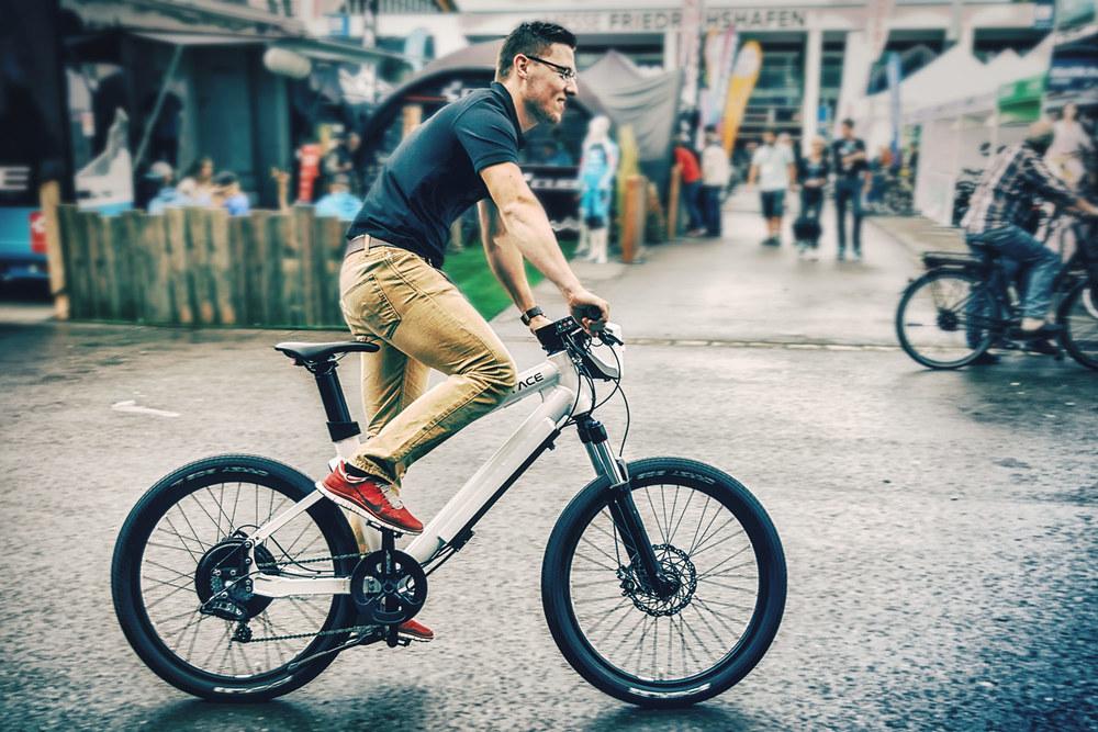Testfahrt zur Eurobike in Friedrichshafen mit dem GRACE ONE E-Bike | Messefotograf pm-modus