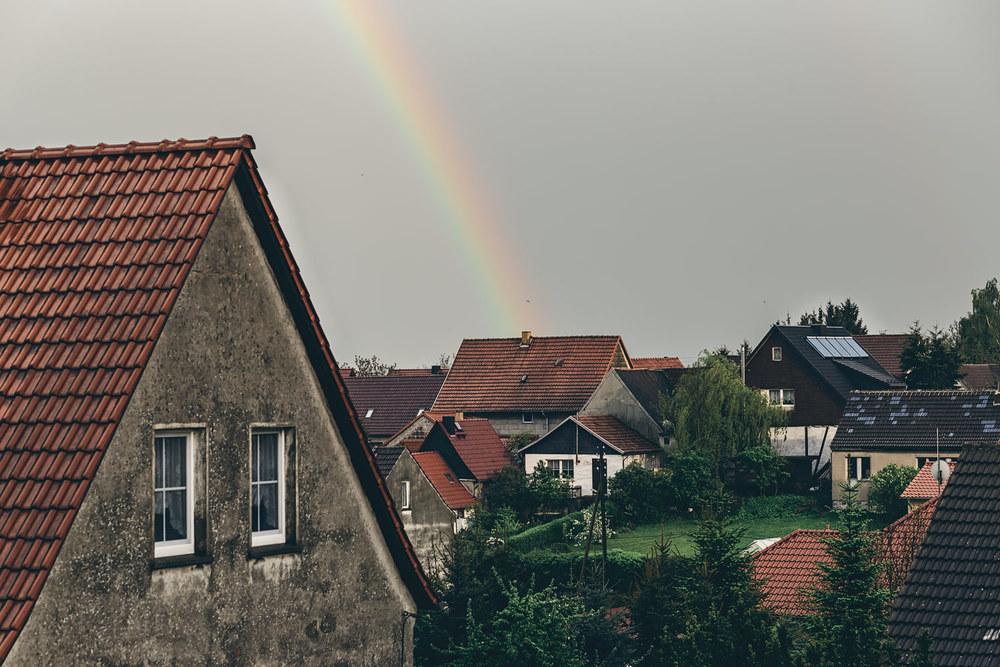Regenbogen über ihrem Haus
