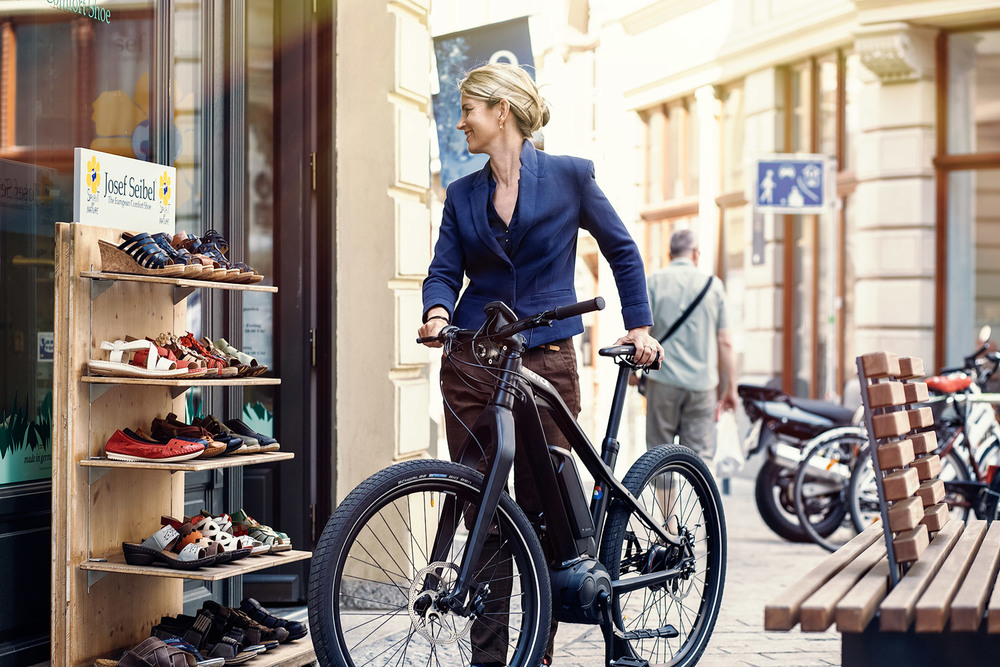 Frau mit GRACE MXII E-Bike Fotoshooting in Halle
