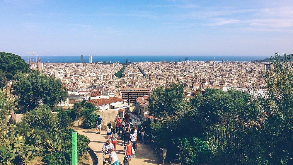 Blick auf Barcelona und Mittelmeer vom Park Guell