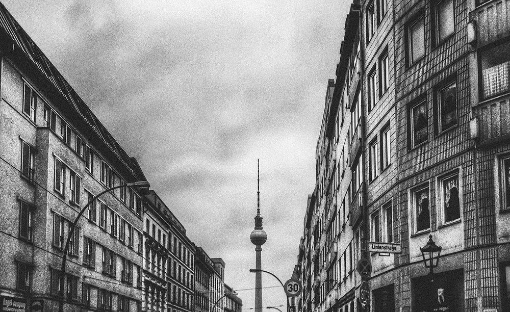 Schwarzweiß Foto Berlin Linienstraße Blick zum Fernsehturm
