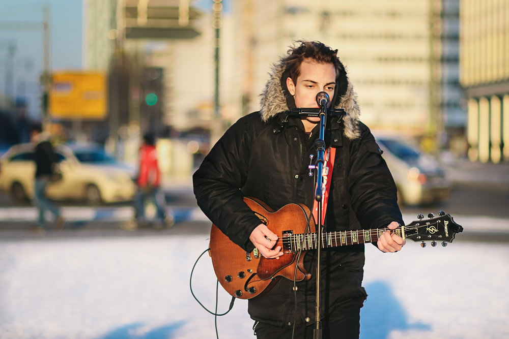 Straßenmusiker in Berlin an kaltem Wintertag